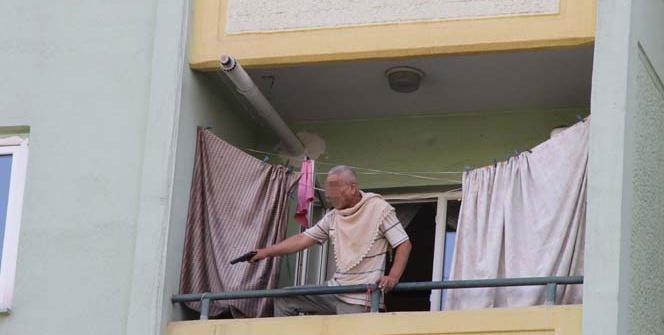 Elinde silah balkonda polislere 8 saat ter döktürdü