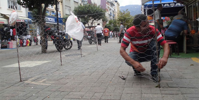 Caddeyi tel örgüyle kapattı
