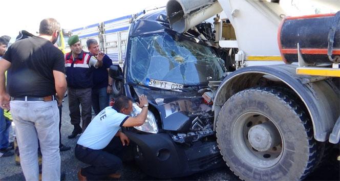 Hurda yığınına dönen araçtan sürücü ve yolcu sağ çıktı