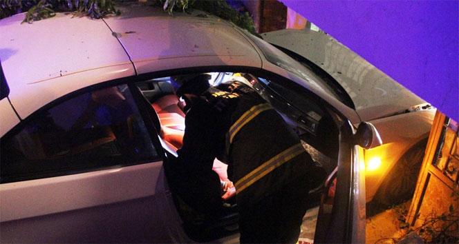 Otomobil eve girdi: 2 yaralı
