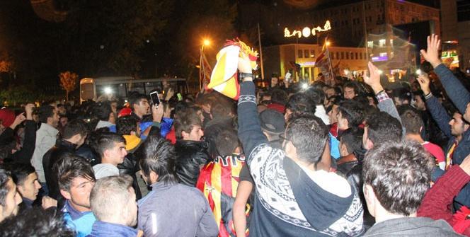 Galatasarayın galibiyeti taraftarı sokağa döktü