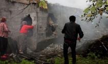 Hayvanlar yangından duvar kırılarak kurtarıldı