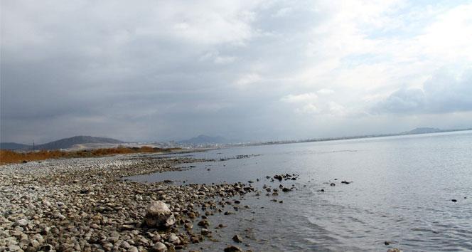 Van Gölü giderek küçülüyor